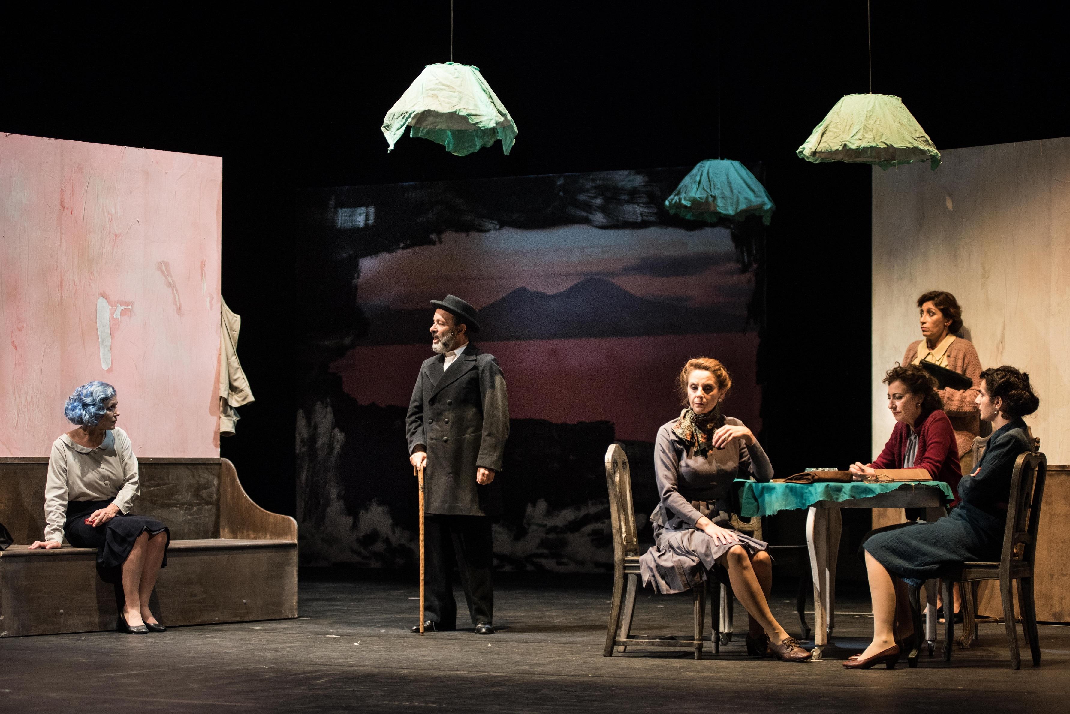 """""""In memoria di una signora amica"""", opera di Giuseppe Patroni Griffi, per la regia di Francesco Saponaro, la stagione del Teatro Stabile di Napoli, da quest'anno Teatro Nazionale. Lo spettacolo è [...]"""