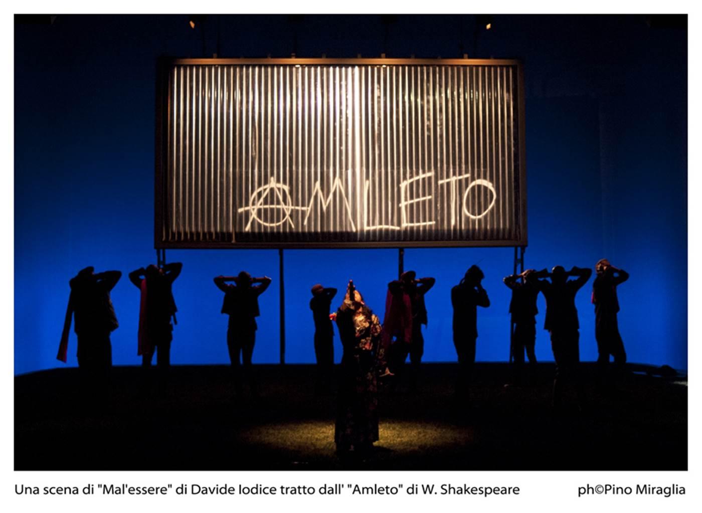 «Proviamo a dire qualcosa su Napoli, da Napoli, scartando l'imperante e cinica oleografia criminale, l'estetica del male che stiamo assecondando», dice il regista Davide Iodice. E continua: «In questo tempo [...]