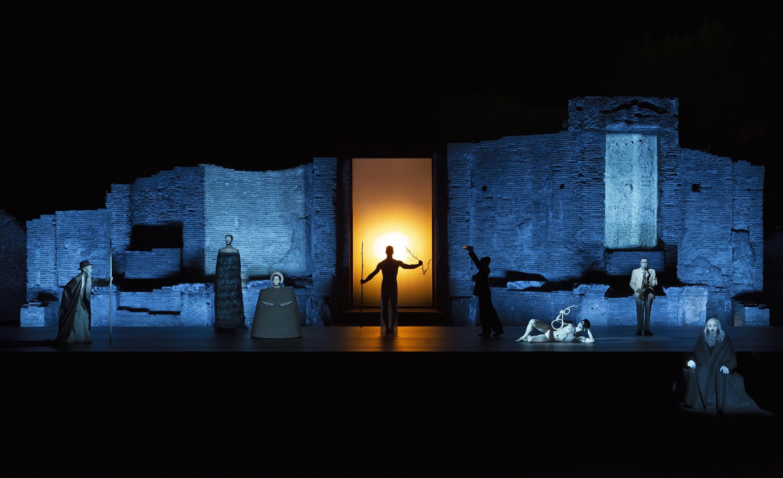 """Oedipus di Sofocle è il nuovo spettacolo di Robert Wilson ideato e progettato nell'ambito di """"Conversazioni"""", il Ciclo di Spettacoli Classici del Teatro Olimpico di Vicenza, in prima assoluta il [...]"""