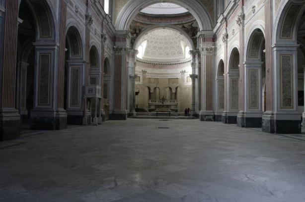 A partire dal 1970, anno in cui crollò il soffitto, l'ingresso dellaBasilica di San Giovanni Maggiore, nel cuore del centro storico napoletano, è sempre stato sbarrato. Una chiesa che fu [...]
