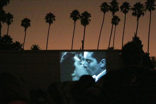 """Il Vesuvio d'estate si colora di cinema. È iniziata infatti  il 3 luglio scorso la rassegna """"Cinema intorno al Vesuvio"""" edizione 2014, con un programma lungo due mesi, che [...]"""