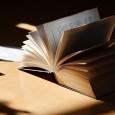 """Un universo di parole leggere e bellissime, tutte lì, sul comodino. Le piccole cose del quotidiano in versi liberi, quelli di Wisława Szymborska, in un unico volume. Si tratta de """"La [...]"""